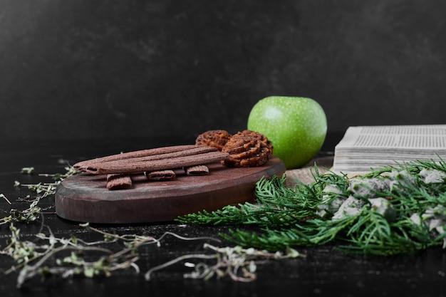 Cacao en boter koekjes op een houten bord.