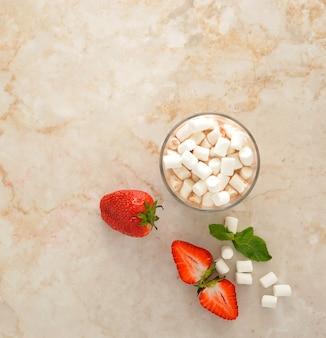 Cacao met marshmallows en aardbeien