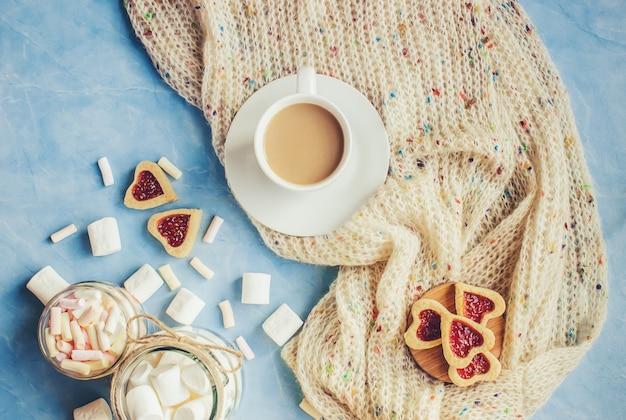 Cacao met marshmallows en een koekjeshart. selectieve aandacht.