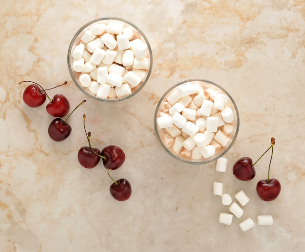 Cacao met marshmallows en kers