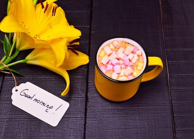 Cacao met marshmallows in een gele mok