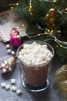 Cacao met marshmallows met vintage kerstspeelgoed en oude brieven en kaarten.