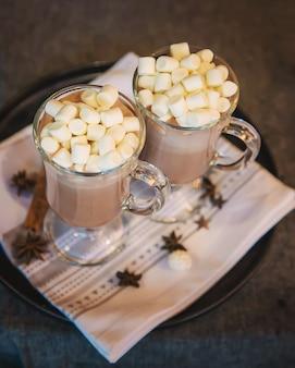 Cacao met marshmallows op kerst achtergrond selectieve aandacht drink