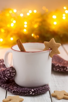 Cacao of warme chocolademelk met kaneel en peperkoek met kerstversiering