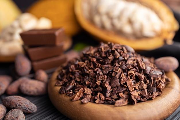 Cacao peulen, bonen en poeder op houten tafel, bovenaanzicht