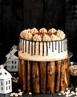 Cacao romige cake gegarneerd met noten en chocolade glazuur