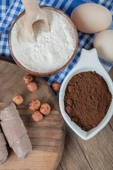 Cacao wrap mutaki cookies op een houten bord met kaneel en noten.
