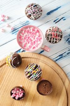 Cacaobommen zijn zwarte chocoladeschelpen gevuld met cacaopoeder en marshmallows