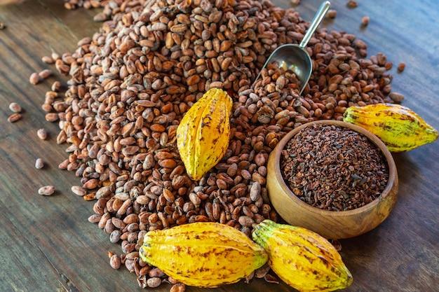 Cacaobonen en cacaofruit op houten tafel