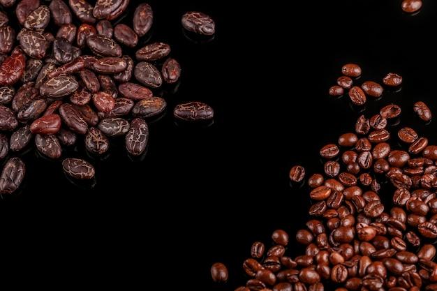 Cacaobonen en koffiebonen op zwarte achtergrond worden geïsoleerd die