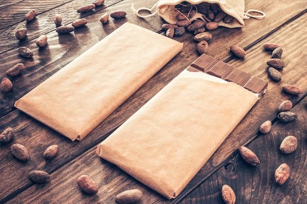 Cacaobonen verspreid rond de chocoladerepen op houten tafel