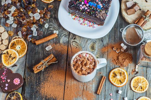 Cacaodrank met heemst op een grijze houten oppervlakte, hoogste mening