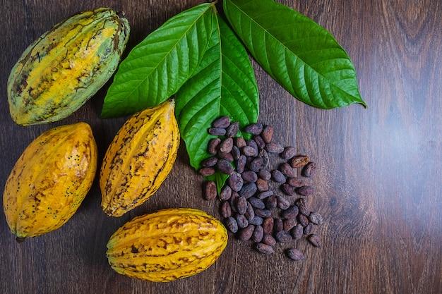 Cacaofruit en cacaobonen op een houten achtergrond
