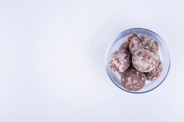 Cacaogeperkoek in een glazen beker op wit aan de rechterkant.