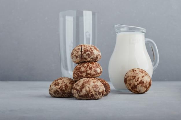 Cacaogeperkoek met een kruik melk en een leeg glas.