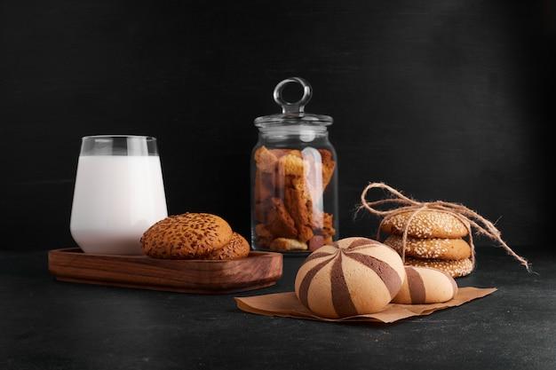 Cacaokoekjesbroodjes op een stuk papier met melk en gedroogd fruit.