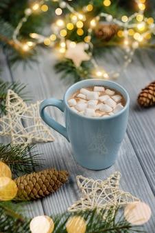 Cacaomok met marshmallows onder het kerstdecor. concept voor kerstvakantie.