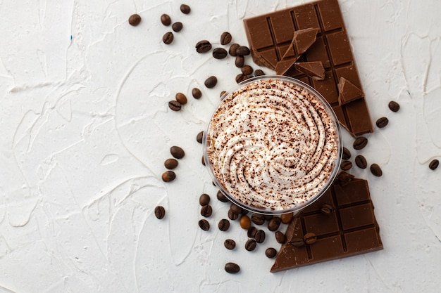 Cacaomousse dessert met chocoladereep en koffiebonen bovenaanzicht