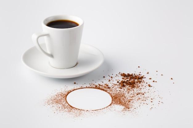 Cacaopoeder cirkel op witte tafel