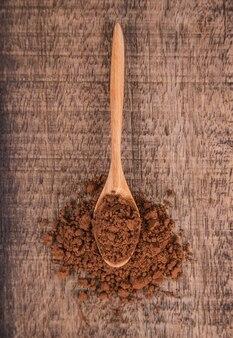 Cacaopoeder en houten lepel op hout