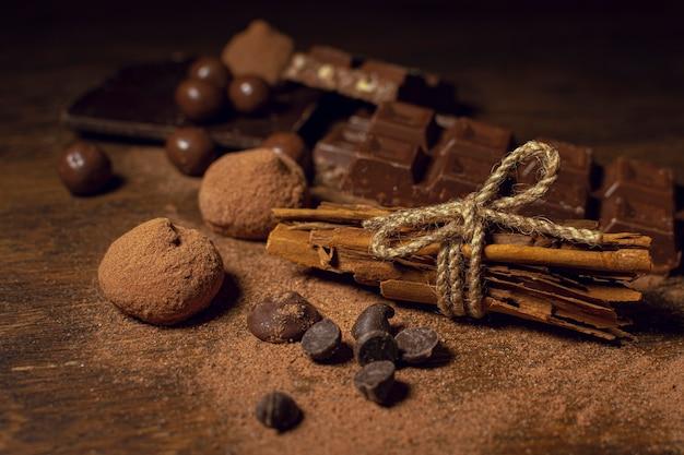 Cacaopoeder met soorten chocolade