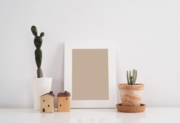Cactus in kleipot met lege fotokaderachtergrond