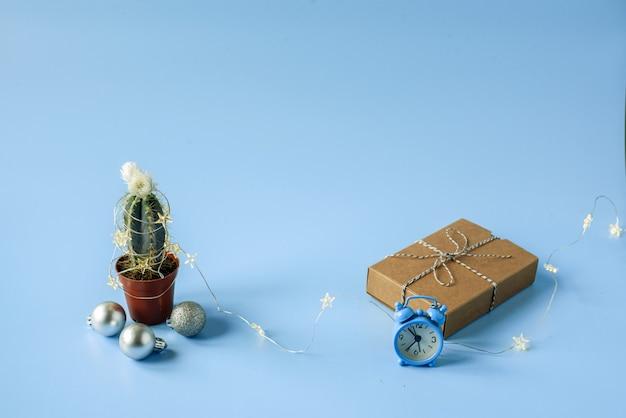 Cactus versierd met kerstverlichting geschenkdoos