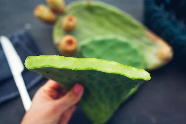 Cactusbladeren snijden met vijg of cactusfruit. exotisch gezond voedsel op grijs. bovenaanzicht