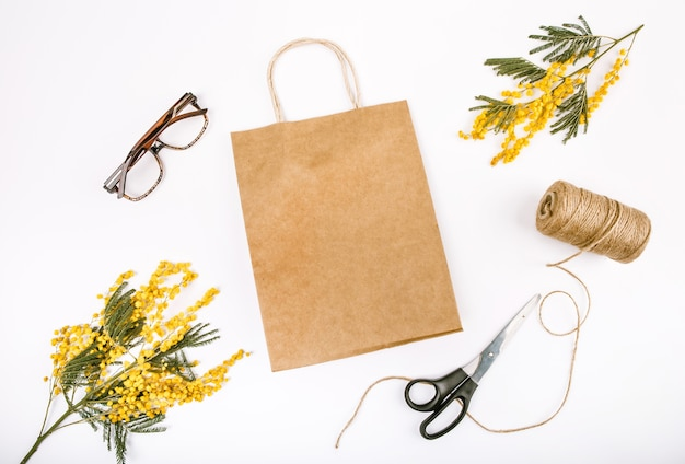 Cadeau decoratie lente set met bloemen mimosa knutselen zak schaar touw
