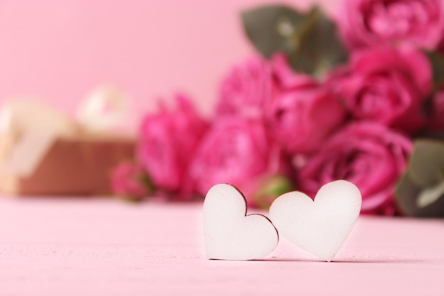 Cadeau en bloemen op een gekleurde achtergrond vakantie geef een cadeau gefeliciteerd