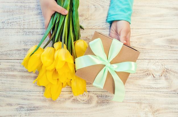 Cadeau en bloemen. selectieve aandacht. feestdagen en evenementen.