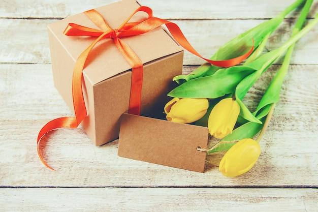 Cadeau en bloemen. selectieve aandacht. holideys en evenementen.