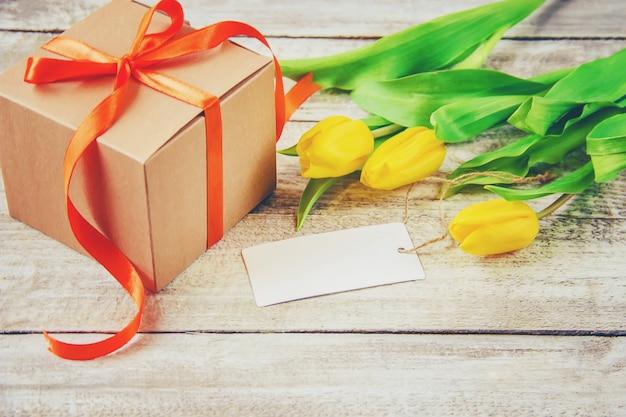 Cadeau en bloemen. selectieve aandacht.