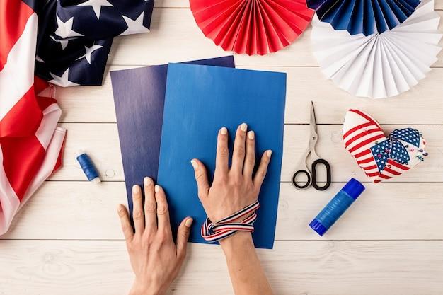 Cadeau-idee, decor 4 juli, usa independence day. stap voor stap zelfstudie diy ambacht. kleurrijke papieren waaiers maken, stap 1 - voorbereiding van alle instrumenten, papier, lijm, schaar en draad. platliggend bovenaanzicht