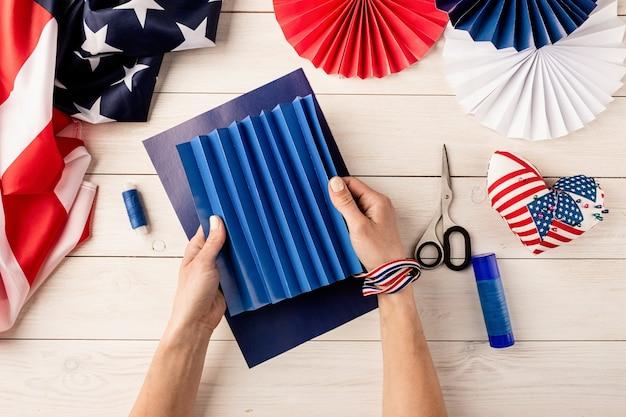Cadeau-idee, decor 4 juli, usa independence day. stap voor stap zelfstudie diy ambacht. kleurrijke papieren waaiers maken, stap 2 - vouwpapier. platliggend bovenaanzicht