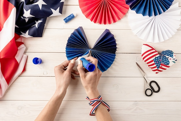Cadeau-idee, decor 4 juli, usa independence day. stap voor stap zelfstudie diy ambacht. kleurrijke papieren waaiers maken, stap 6 - vouw en lijm de zijkanten. platliggend bovenaanzicht