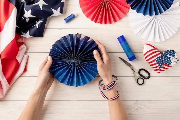 Cadeau-idee, decor 4 juli, usa independence day. stap voor stap zelfstudie diy ambacht. kleurrijke papieren waaiers maken, stap 7 - kleurrijke papieren waaier is klaar. platliggend bovenaanzicht