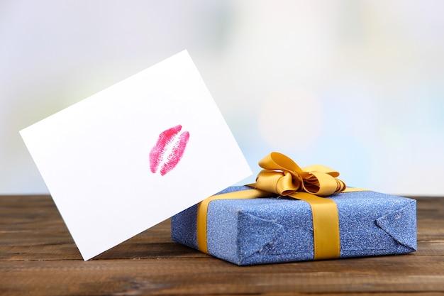Cadeau met kaart voor geliefde op tafel op kamer achtergrond