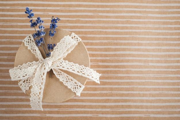 Cadeau met kanten strik, lavendel bloem