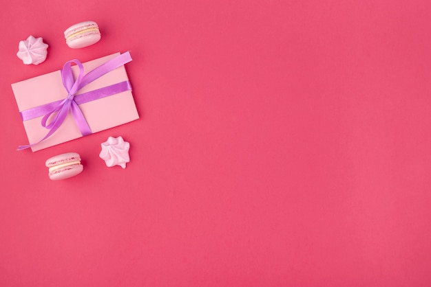 Cadeau met meringue en macarons voor valentijnsdag