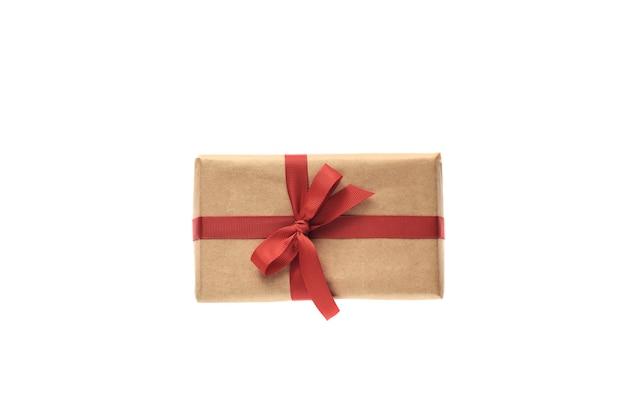 Cadeau met rood lint en confetti decoraties geïsoleerd op een witte achtergrond. kerstmis of valentijnsdag viering concept. plat leggen, bovenaanzicht, kopie ruimte.