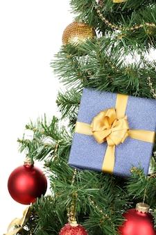 Cadeau op kerstboom geïsoleerd op wit