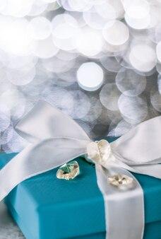 Cadeau voor haar op valentijnsdag vakantie presenteert concept elegante visuals