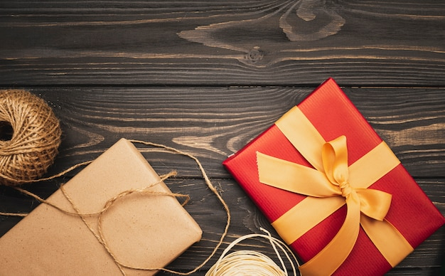 Cadeau voor kerst met lint en string