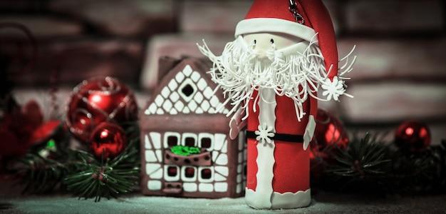 Cadeau voor kerstmis, peperkoekhuis, een stuk speelgoed santa claus.photo met kopieerruimte