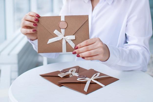 Cadeaubon, cadeaubon of korting. close-up foto van bronzen uitnodigingsenvelop met een lint en lakzegel