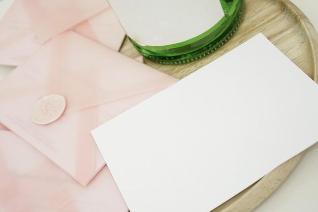 Cadeaubonnen in een roze envelop. trouwkaarten of valentijnsdagkaarten - mocap - place for text