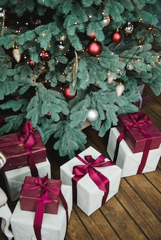 Cadeaus en cadeaus onder kerstboom