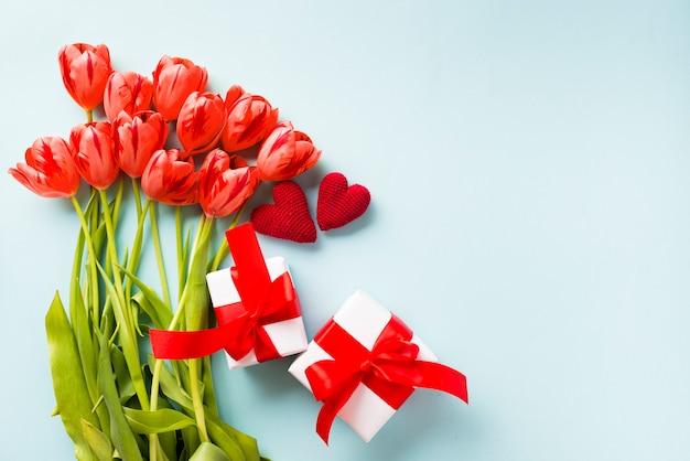 Cadeaus en harten in de buurt van tulpen