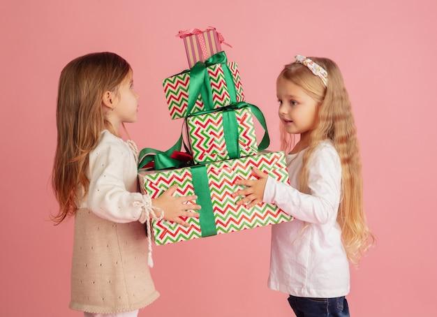 Cadeaus geven en krijgen op kerstvakantie groep gelukkige lachende kinderen die plezier hebben